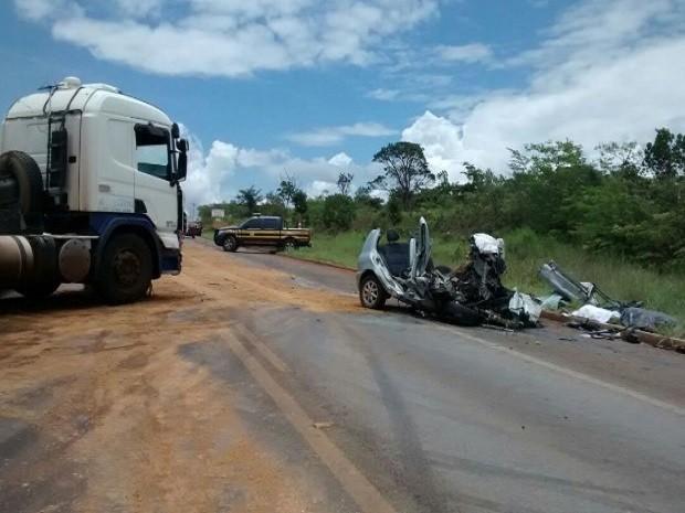 Carro bateu de frente contra caminhão, na BR-070 (Foto: Divulgação/PRF)