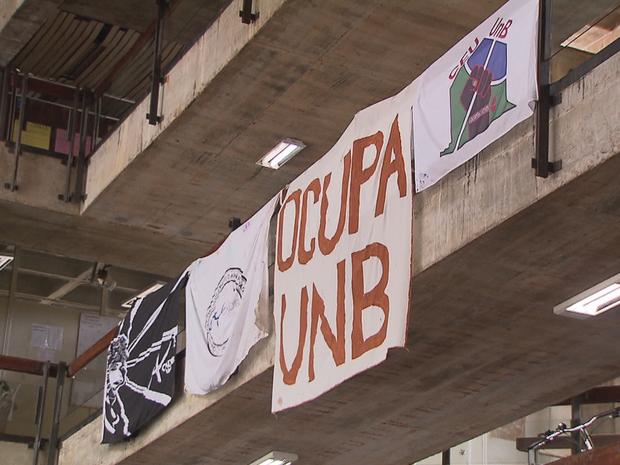 Faixas indicam ocupação de estudantes contra a PEC dos gastos na reitoria da UnB (Foto: TV Globo/Reprodução)