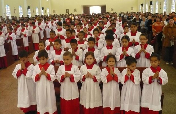 Igreja de Santo Antônio do Descoberto, em Goiás, tem o maior número de coroinhas do Brasil (Foto: Divulgação/RankBrasil)