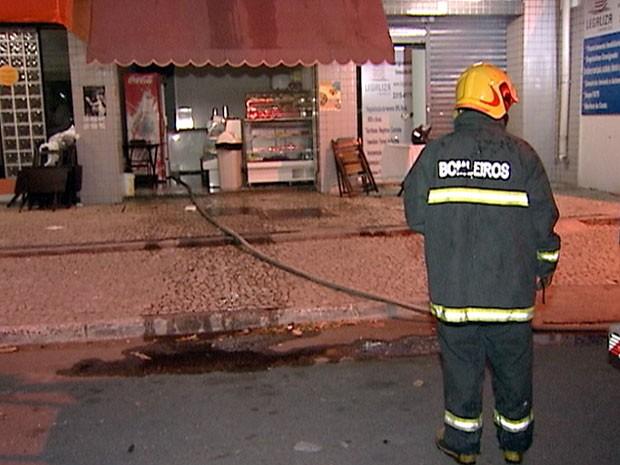 Bombeiros apagaram o incêndio na lanchonete, em Jardim da Penha (Foto: Reprodução/ TV Gazeta)