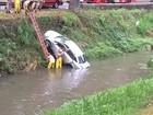 Mulher perde a direção do carro e vai parar dentro do rio em Petrópolis, RJ