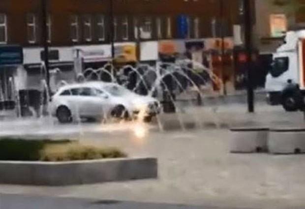 Motorista foi flagrado lavando carro em fonte de praça em Wakefield (Foto: Reprodução/YouTube/Darren McCabe)