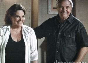 Olha a cara de felicidade de Silvério e Margot com a notícia. Ê orgulho! (Foto: Sangue Bom/TV Globo)