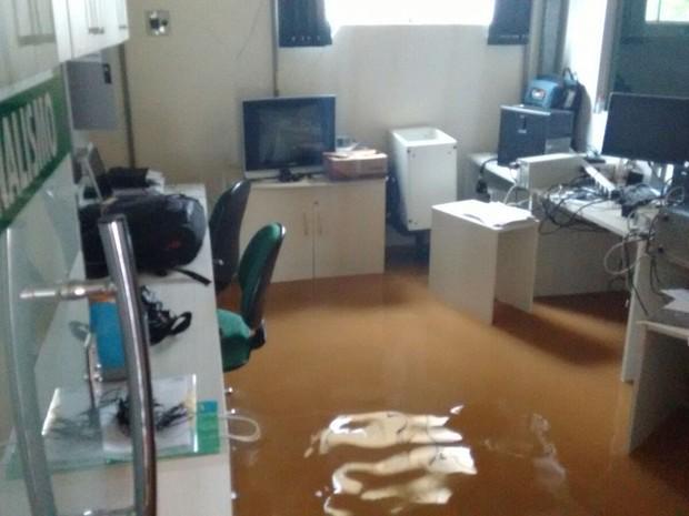 Várias empresas da cidade ficaram alagadas nesta sexta, 15 (Foto: Patrícia Goes/ Rede Amazônica)