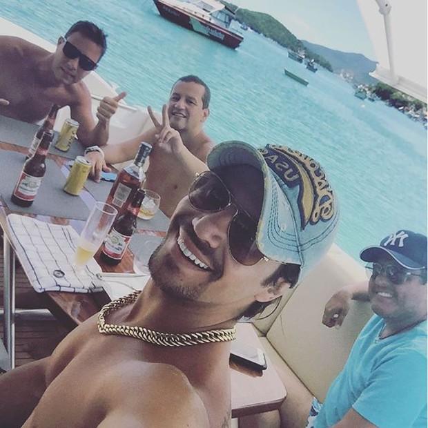 Mariano e Bruno curtem passeio de barco com amigos (Foto: Instagram/Reprodução)