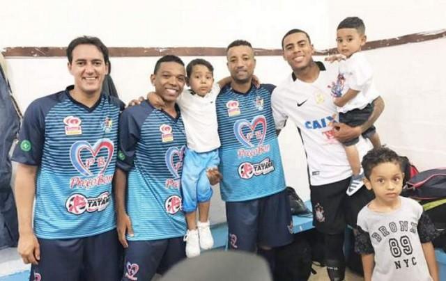 Jogador Gustavo participa de Futebol Solidário em sua terra natal (Foto: Cláudio Aparecido Almeida)