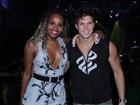 Roberta Rodrigues chama atenção em festa com look decotado