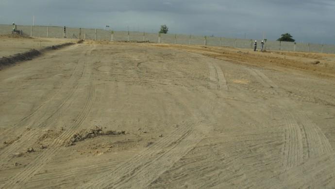 Área onde serão construídos os campos do CT já está nivelada. Próximo passo será a drenagem (Foto: Denison Roma / GloboEsporte.com)