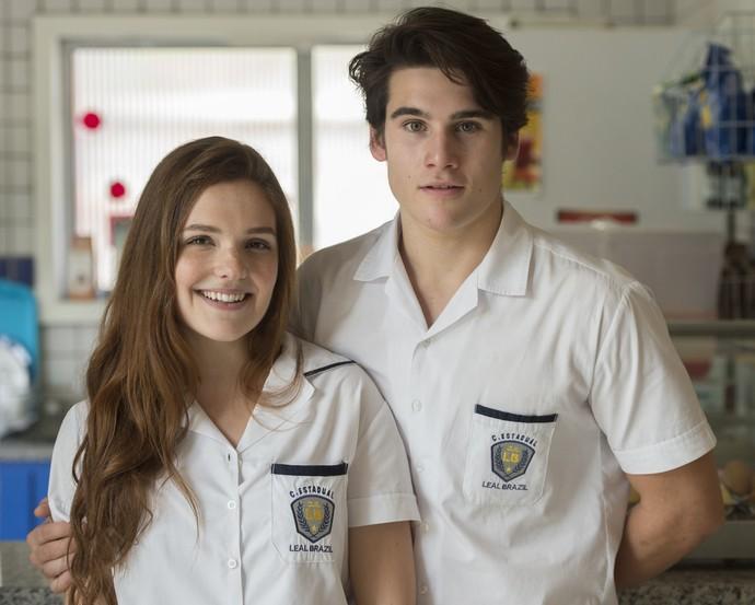 Para piorar, Lu flagra Dani e Rodrigo de beijando no banheiro do colégio (Foto: Estevam Avellar/Globo)