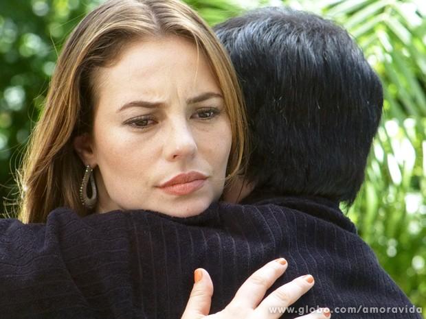 Ele a abraça na tentativa de afastar as suspeitas dela... (Foto: Amor à Vida / TV Globo)
