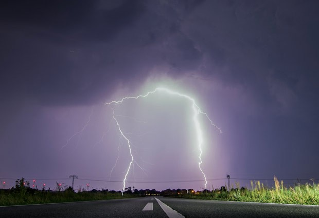 O fotográfo Patrick Pleul registrou na segunda-feira (1º) um 'raio duplo' perto de Jacobsdorf, no distrito de Oder-Spree, na Alemanha (Foto: Patrick Pleul/DPA/AFP)