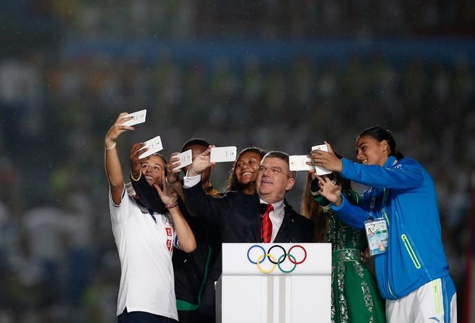 Thomas Bach tira selfie na abertura dos Jogos da Juventude na China (Foto: Reuters)