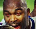 Em chamas! Jogador do Buffalo Bills chama atenção com lentes vermelhas