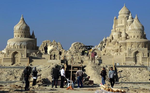 Vilarejo de areia está sendo construído em Kuwait, capital homônima do país (Foto: Yasser Al-Zayyat/AFP)