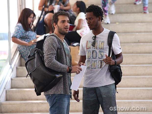 Davi não se conforma com a nota dada ao trabalho de seu primo Matias (Foto: Carol Caminha / TV Globo)
