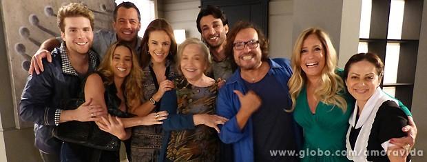 O elenco se reúne ao lado da grande atriz para mais uma foto (Foto: Amor à Vida / TV Globo)