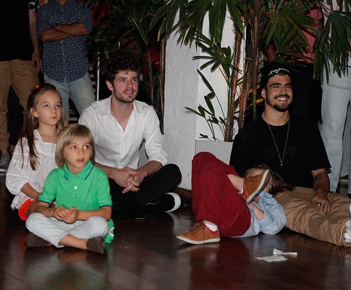 Maurício Destri e Caio Castro se divertem com o final de 'I Love' (Foto: Artur Meninea/Gshow)
