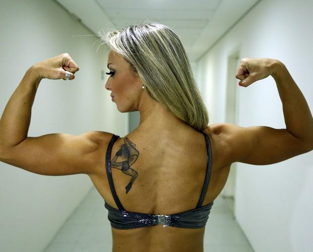 Carol Soares chama a atenção pelos brações (Foto: Raphael Dias / Gshow)