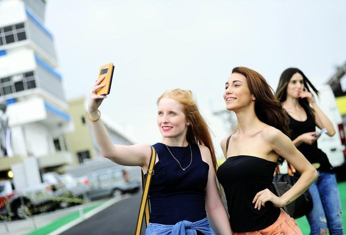 Modelos fazem selfie na pista de Interlagos (Foto: Marcos Ribolli)