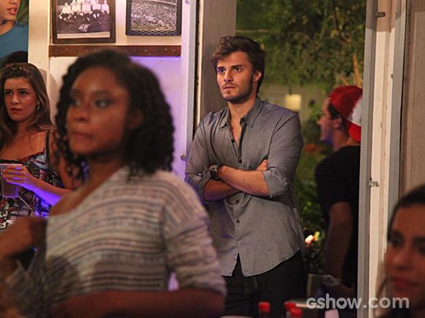 Martin fica tenso com a música que Micaela canta para ele (Foto: Carol Caminha / TV Globo)