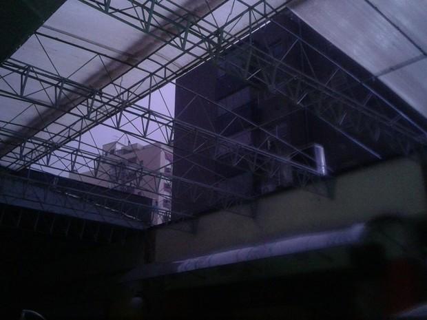 Parte do telhado do Shopping Nova Olaria, em Porto Alegre, desabou (Foto: Vladimir Silveira/Arquivo pessoal)