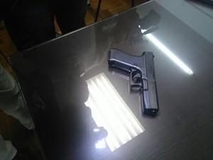 Arma usada em sequestro-relâmpago era uma réplica (Foto: Carolina Dantas/G1)