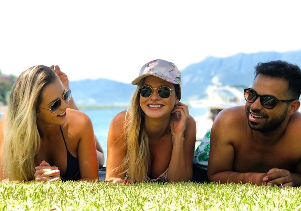Andressa está na companhia de Gusttavo Lima e os amigos da modelo, Lorena Mariano e Charles Mello  (Foto: Reprodução Instagram)