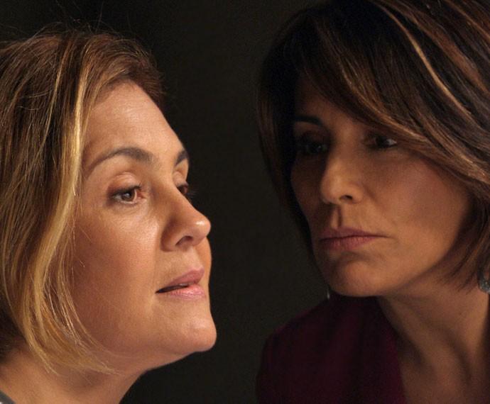 Beatriz pisa em Inês na cadeia (Foto: TV Globo)