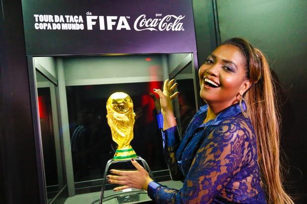 Gaby Amarantos com a Taça (Foto: Divulgação)