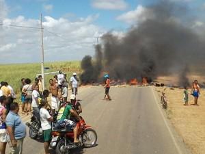 Servidores de Pitimbu ocuparam PB-044 para protestar contra atraso nos salários (Foto: Marcos Sanlim)