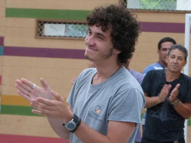 Sob uma salva de palmas, Gui Prates se despede do set de Malhação (Foto: Malhação / Tv Globo)