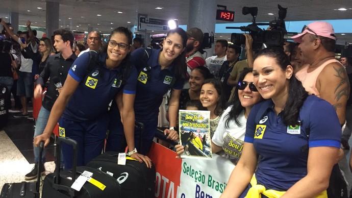 Seleção feminina de vôlei chegada em Manaus (Foto: Gabriel Mansur)