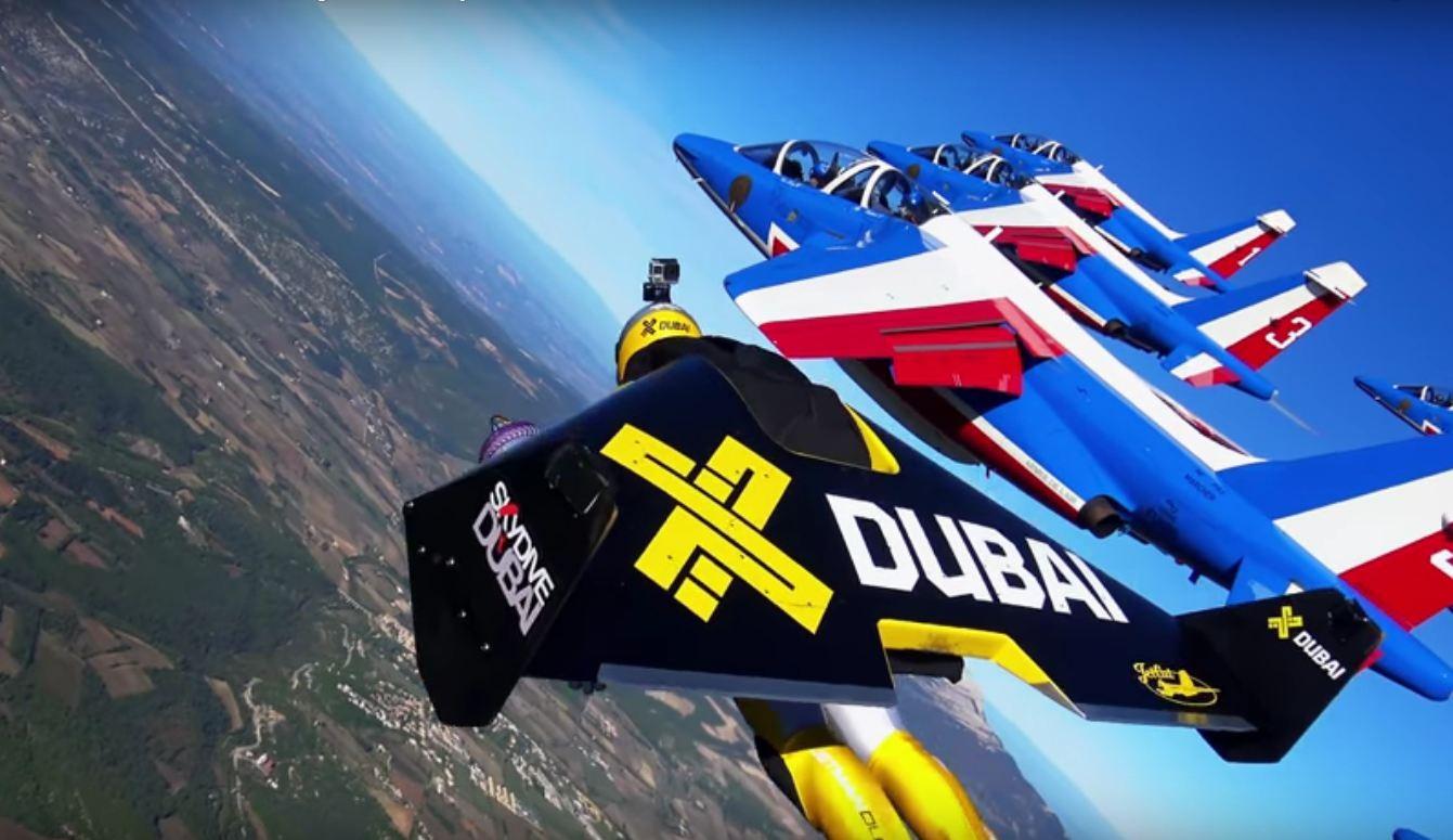 Os paraquedistas voando ao lado dos jatos franceses (Foto: Reprodução)