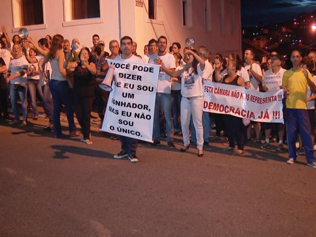 Oliveira, protetso, manifestação (Foto: Reprodução/TV Integração)