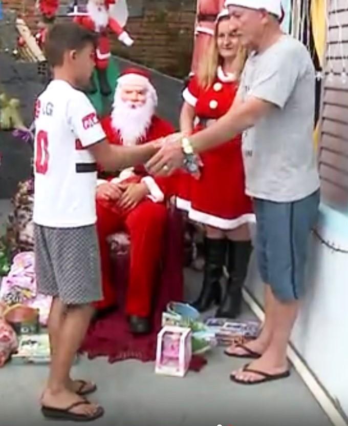 Família se reúne para entregar presentes a crianças carentes (Foto: Reprodução / RBS TV)