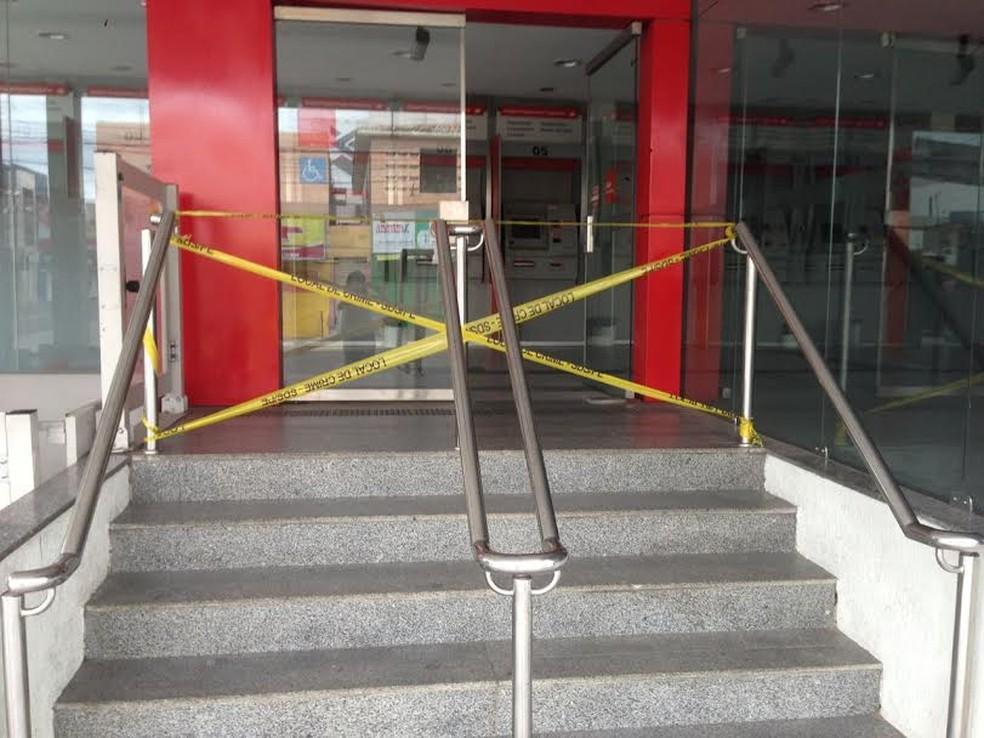 Agência bancária do Santander foi arrombada neste domingo (28) (Foto: Vilma Oliveira)