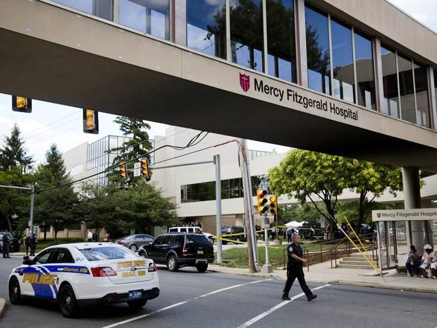 Policiais cercam área onde ocorreu o crime na Pensilvânia nos Estados Unidos (Foto: AP Photo)