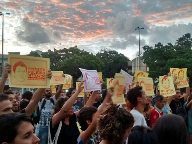 Manifestantes mostram cartazes contra o prefeito Geraldo Julio (PSB) (Foto: Antonio Coelho/TV Globo)