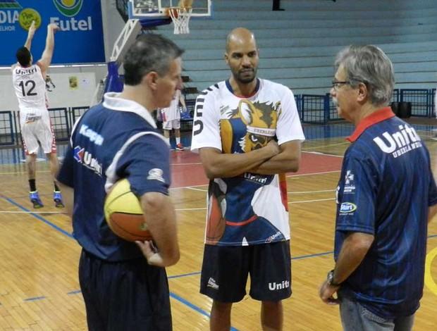 Rodrigo Carlos, Brasilia e Hélio Rubens formam comissão técnica do Uberlândia (Foto: Felipe Santos/GLOBOESPORTE.COM)