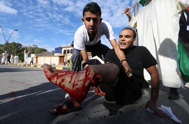 Manifestante ferido durante confrontos nesta sexta-feira (15) em Trípoli, capital da Líbia (Foto: Mahmud Turkia/AFP)