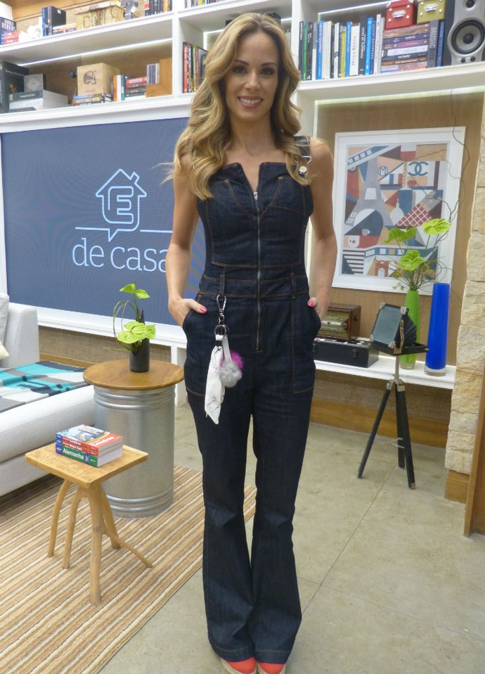 Ana Furtado aposta em macacão jeans para comandar o É de Casa (Foto: Carolina Berger/Gshow)