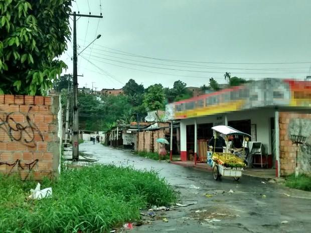 Homens invadiram casa da vítima, localizada na Travessa 27 (Foto: Suelen Gonçalves/G1 AM)