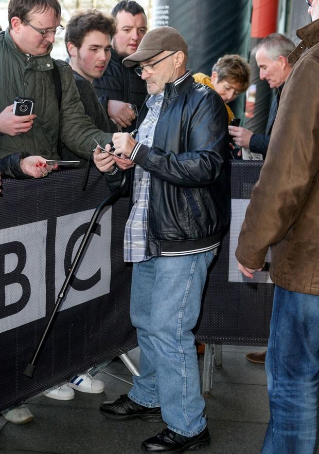 Phil Collins dá autógrafos mesmo debilitado (Foto: Splash News / AKM-GSI)