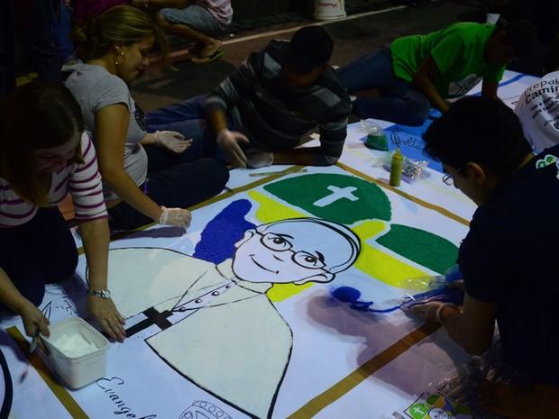 Fiéis de várias paróquias confeccionam o tradicional tapete de sal na Avenida Chile, no centro do Rio de Janeiro. Neste ano a mobilização na cidade foi maior devido à Jornada Mundial da Juventude (Foto: Adriano Ishibashi/Frame/Estadão Conteúdo)