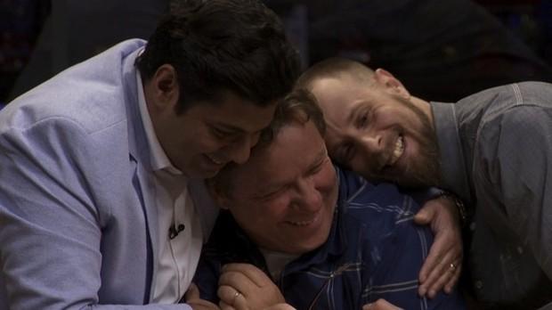 Claude recebe o carinho dos mantores Felipe Bronze e Andr Mifano (Foto: GNT)