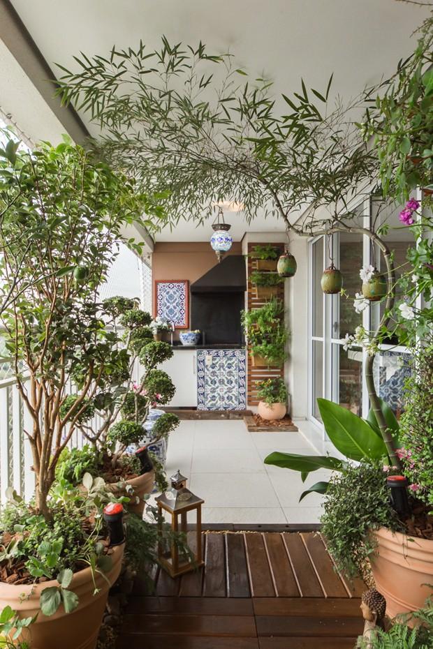 Extremamente Varanda de apartamento tem jardim vertical e frutíferas - Casa e  TF47