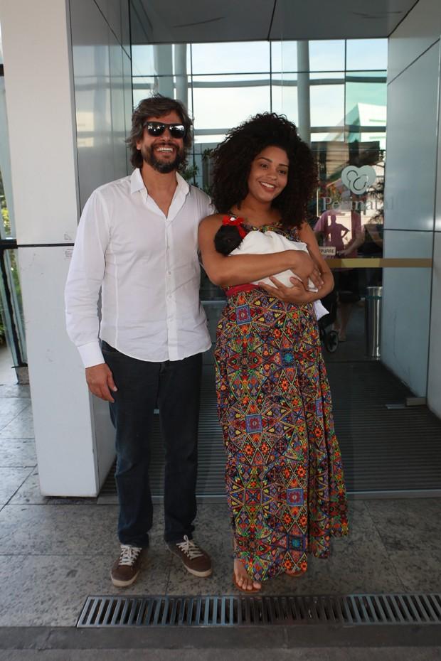 Ernani Nunes e Juliana Alves com Yolanda (Foto: Dilson Silva/AgNews)