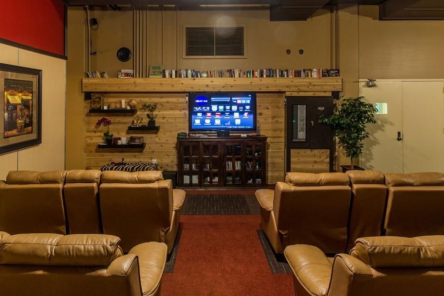 Sala com home theatre e poltronas bem confortáveis