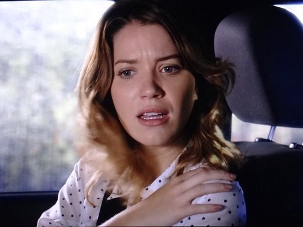 Laura reclama do tapa que recebeu (Foto: TV Globo)