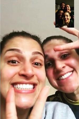 Dani e Natália conversam com Brait, Joycinha, Fê Garay e Bárbara (Foto: Reprodução/Instagram)